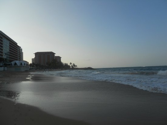Atlantic Beach Hotel: View from sitting on the beach in front of hotel