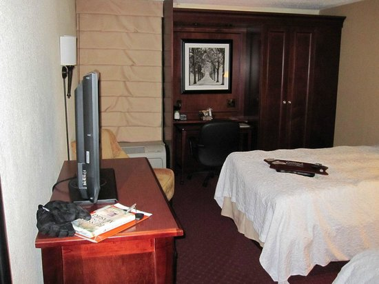 Hampton Inn Somerset: TV area looking at the bed and desk