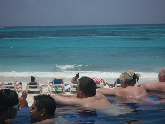 Hotel Riu Cancun:                   view from pool