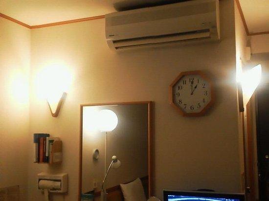 Toyoko Inn Tokushima-eki Bizan-guchi:                   エアコン、時計、鏡、ドライヤーをデスク廻りにレイアウト