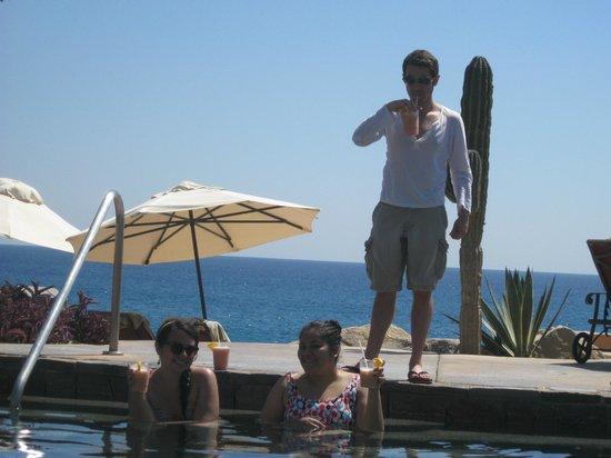 Sheraton Grand Los Cabos Hacienda Del Mar:                   Alberca con vista al mar y la hora feliz en bebidas.