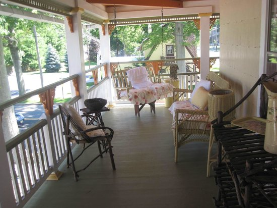 Nathaniel Morris Bed and Breakfast Inn: View of Second Floor Porch
