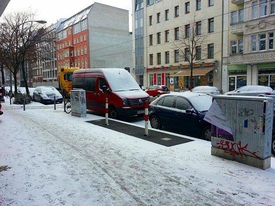 Tryp Berlin Mitte:                   vista a la calle desde la entrada
