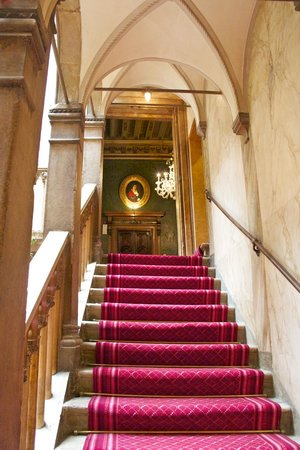 Hotel Danieli, A Luxury Collection Hotel: Stairs to elevator level