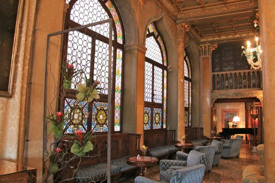 Hotel Danieli, A Luxury Collection Hotel: Beautiful glass windows in lobby