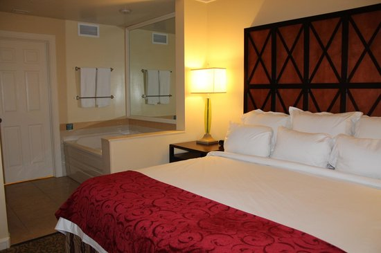 Marriott's Grande Vista: bed and jacuzzi