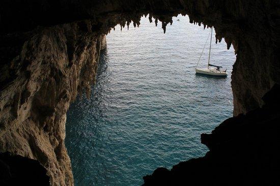 White Grotta:                                     Veduta sul mare dall'interno della grotta