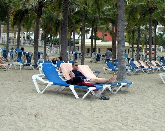Hotel Riu Vallarta:                   Beach front area