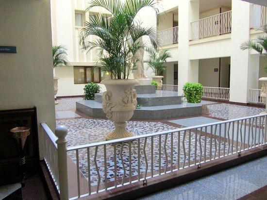 Hotel Riu Vallarta :                   Courtyard