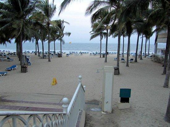 Hotel Riu Vallarta :                   Going down to the beach