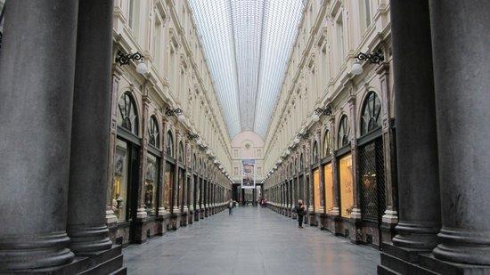 Aris Grand Place Hotel:                   Frente al Hotel, las Galerías Saint Hubert.