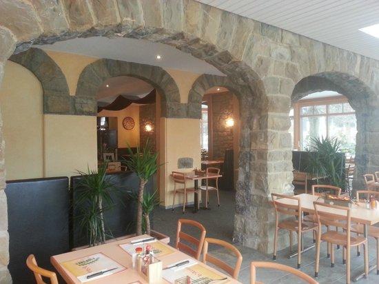 Hotel-Restaurant l'Acacia: Véranda