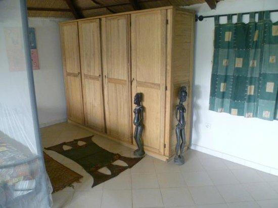 Lampsar Lodge :                   nackte Frauen im Zimmer .....