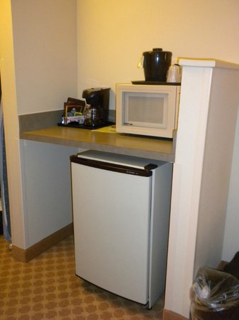 Country Inn & Suites By Carlson, Washington Dulles International Airport: Microwave, Refrigerator, and Coffeemaker in Room 315