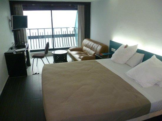 Hotel Lagon II:                   Zimmer mit Sofa, Schreibtisch und Kofferablage