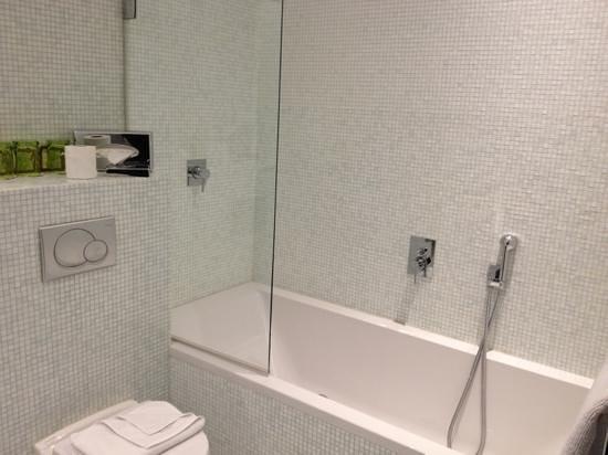 B Montmartre Hotel: salle de bain chambre triple