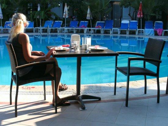 Lemas Suite Hotel:                   Frukost vid poolen