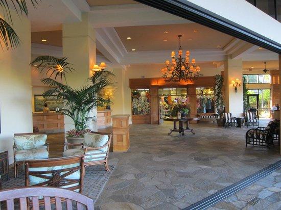 Maui Coast Hotel: Open Lobby