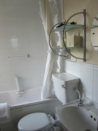 Park Manor Hotel: bathroom at No 4