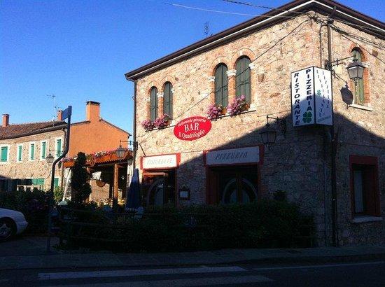 Ristorante Pizzeria Quadrifoglio:                                     la facciata del quadrifoglio