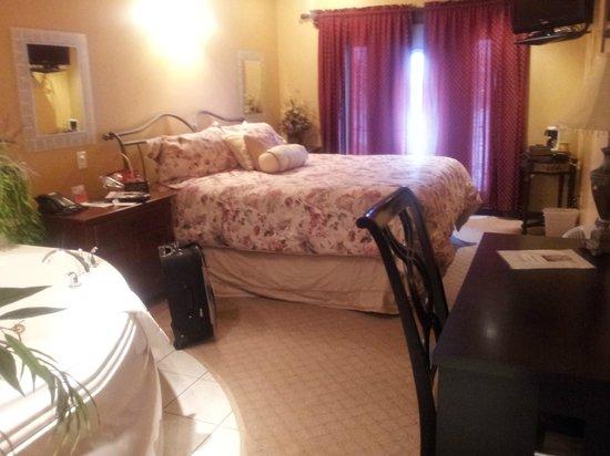 Medicine Hat Inn & VLT Lounge:                   bed