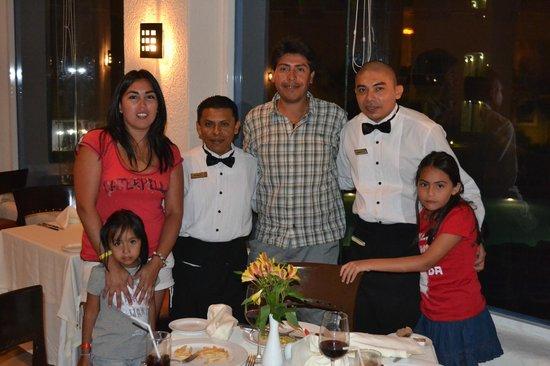 Gran Caribe Resort:                   Mi familia junto a Hipólito y Roberto en el restorant Albatroz