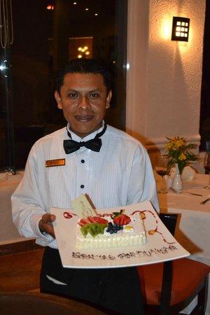 Gran Caribe Resort:                   Hipólito, con un regalo en nuestra última noche que fuimos a cenar