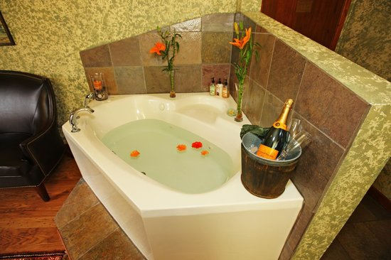 A Bear and Bison Canadian Country Inn: jacuzzi tubs in the rooms