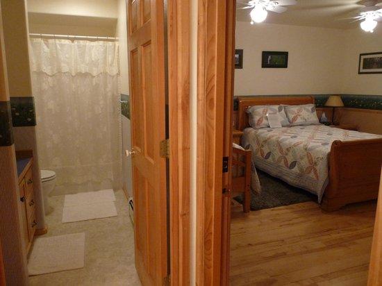 Denali Overlook Inn: Summer Solstice Room & Bath