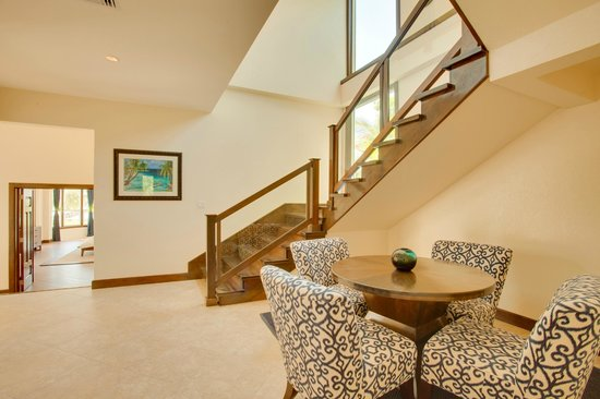 Grand Caribe Belize Resort and Condominiums: Staircase in Grand Caribe's Mansion