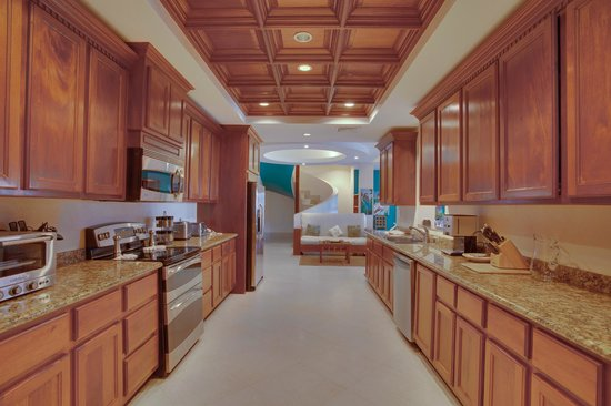 Grand Caribe Belize Resort and Condominiums: Unit D7 - 3 Bedroom Suite - Fully-Equipped Kitchen