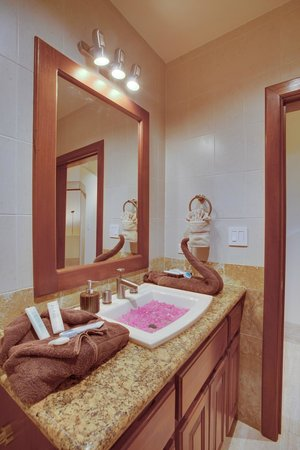 Grand Caribe Belize Resort and Condominiums: Unit D7 - 3 Bedroom Suite - Bathroom