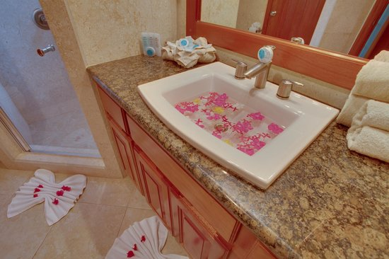 Grand Caribe Belize Resort and Condominiums: Unit E4 - 2 Bedroom Suite - Guest Bathroom