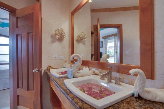 Grand Caribe Belize Resort and Condominiums: Unit E4 - 2 Bedroom Suite - Master Bathroom