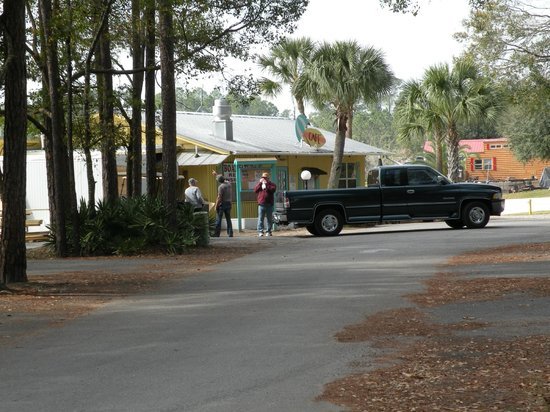 Flamingo Lake RV Resort :                   Very nice cafe/restaurant - free delivery to your site!