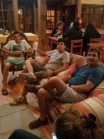 Hosteria Catalina:                                     Esperando con una cerveza que nos llegue nuestra comida.