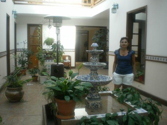 Hotel Italiano: Patio cubierto interno que comunica habitaciones con la zona  del comedor y las piscinas.