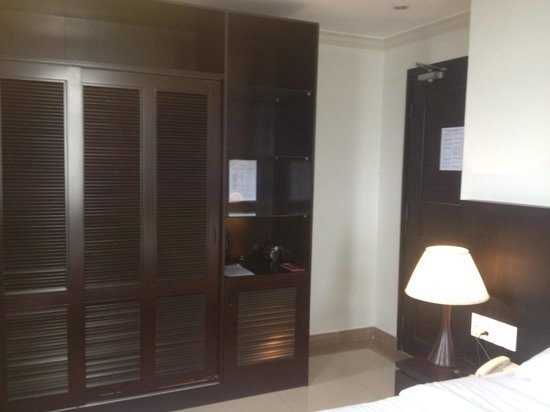 Indochine Danang Hotel:                   Ample cupboard space