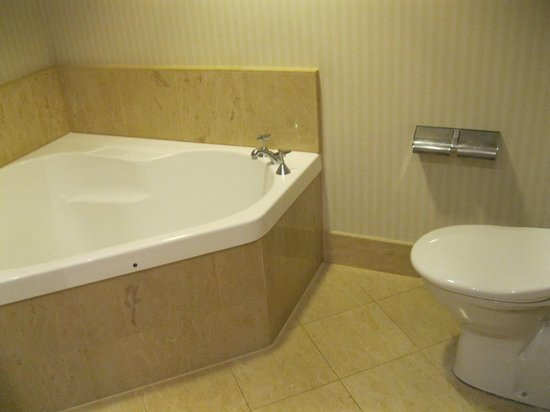 Crowne Plaza Surfers Paradise:                   Standard double bed bathroom. Very good.