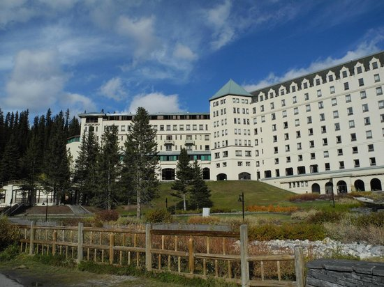 Fairmont Chateau Lake Louise: Back of the Hotel