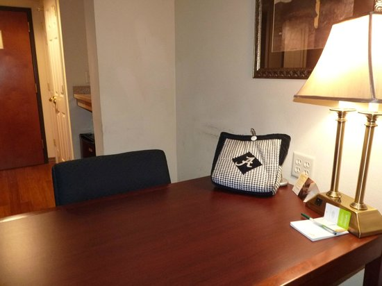 Wingate by Wyndham Tuscaloosa: Desk area
