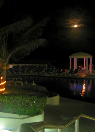 Golden Parnassus All Inclusive Resort & Spa Cancun:                   Moon view of pool and gazebo
