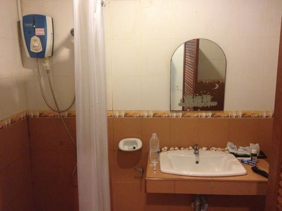 Lanta Seafront Resort: The bathroom