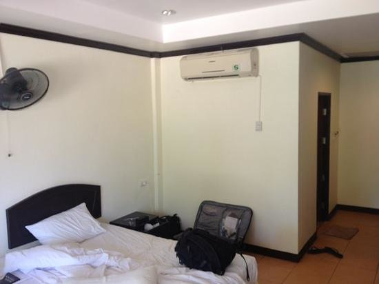 Lanta Seafront Resort: bed with aircon