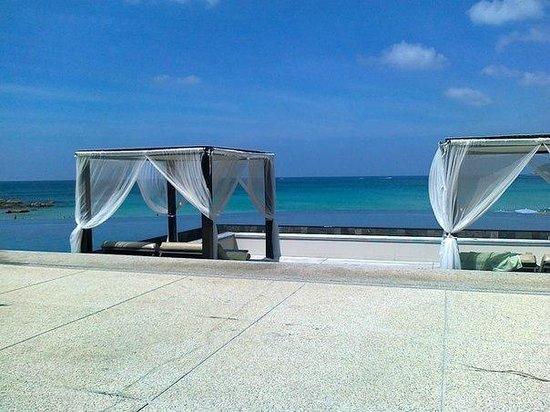 The Shore at Katathani:                   Зона отдыха возле бассейна и кафе Harbor