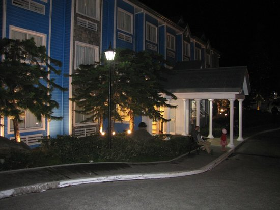 Microtel Inn & Suites by Wyndham Baguio: Hotel facade at night
