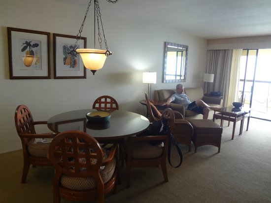 Aston Waikiki Beach Tower: spacious living area