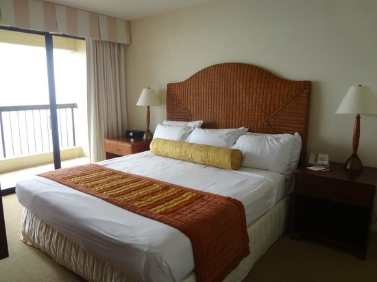 Aston Waikiki Beach Tower: Comfy bed, beautiful view