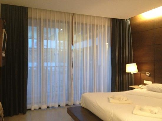Aree Tara Resort:                   the double curtains covering the big balcony