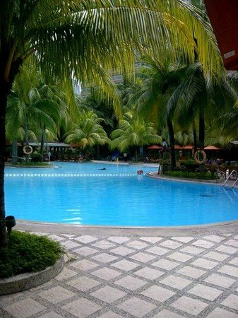 Edsa Shangri-La, Manila:                   By the pool side!!!!